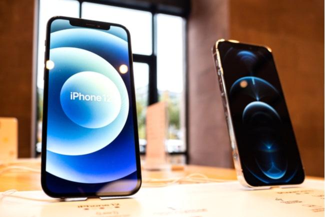 Iphone 12 och Iphone 12 Pro visas upp i butik