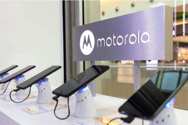 skyltfönster med motorolas logga på skylt bakom en rad med tillverkarens mobiler